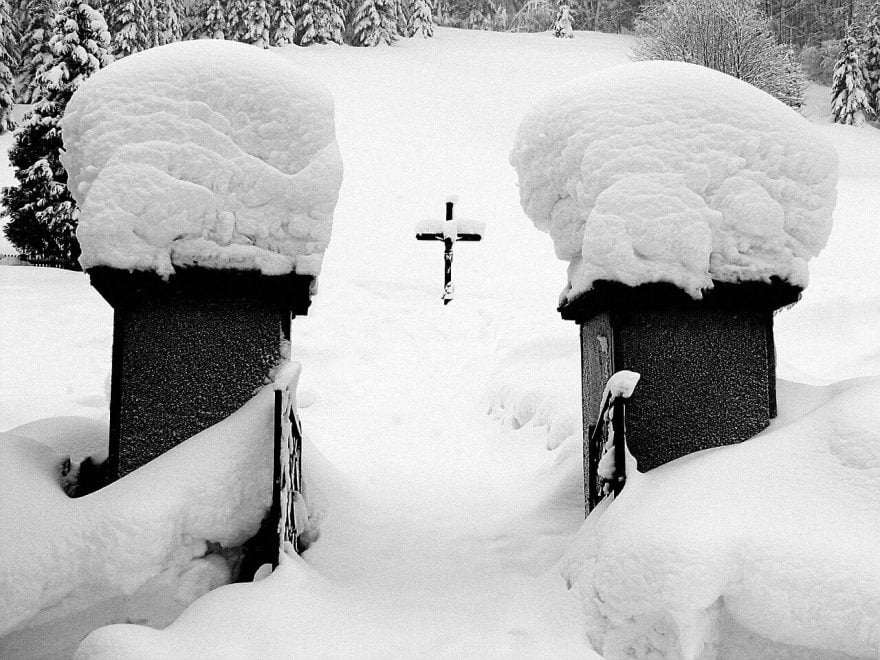 zima na cmentarzu